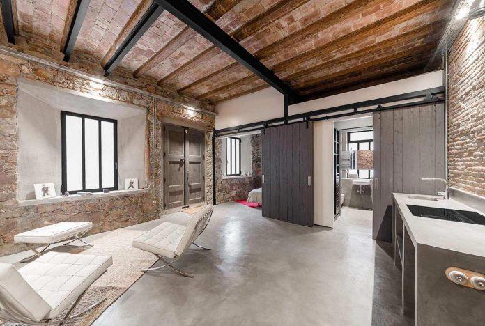 refurbishment-old-carpenters-workshop-stylish-loft-brick-stone-walls-10