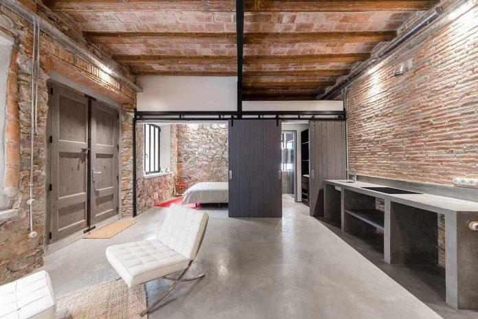 refurbishment-old-carpenters-workshop-stylish-loft-brick-stone-walls-11
