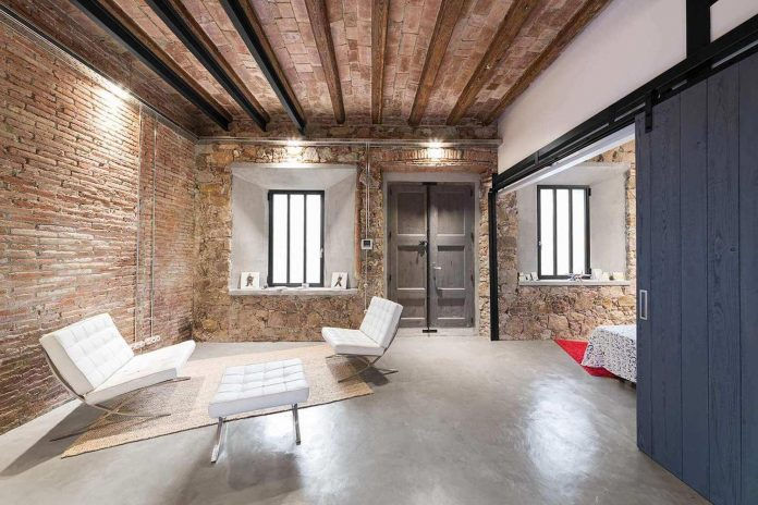 refurbishment-old-carpenters-workshop-stylish-loft-brick-stone-walls-12