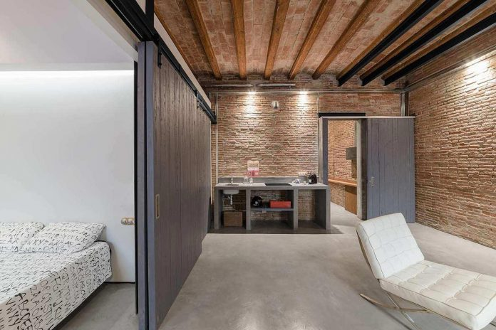 refurbishment-old-carpenters-workshop-stylish-loft-brick-stone-walls-13