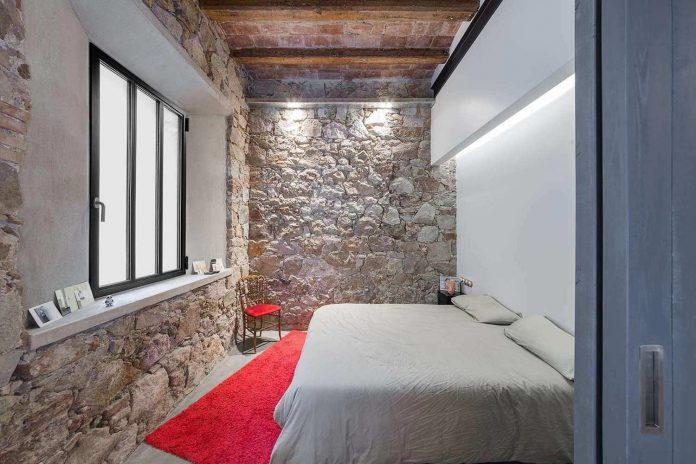 refurbishment-old-carpenters-workshop-stylish-loft-brick-stone-walls-14