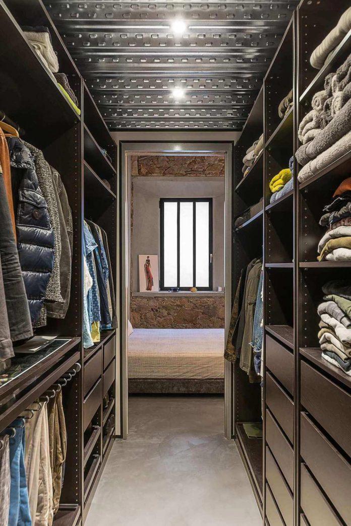 refurbishment-old-carpenters-workshop-stylish-loft-brick-stone-walls-18