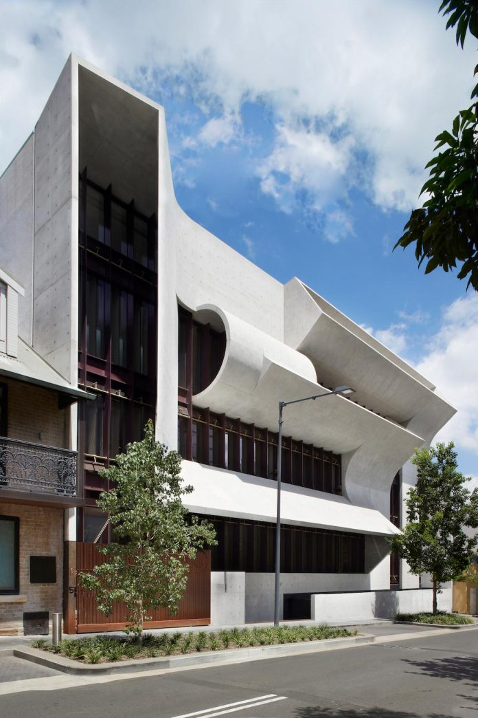 serene-living-spaces-monumental-halls-behind-facade-sculpted-concrete-01