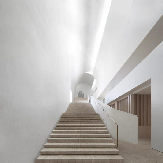 serene-living-spaces-monumental-halls-behind-facade-sculpted-concrete-02