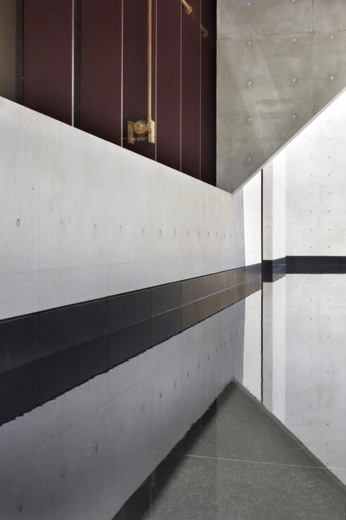 serene-living-spaces-monumental-halls-behind-facade-sculpted-concrete-08