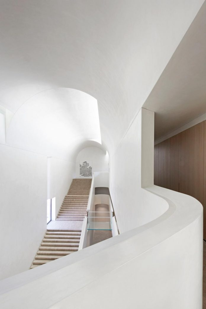 serene-living-spaces-monumental-halls-behind-facade-sculpted-concrete-09