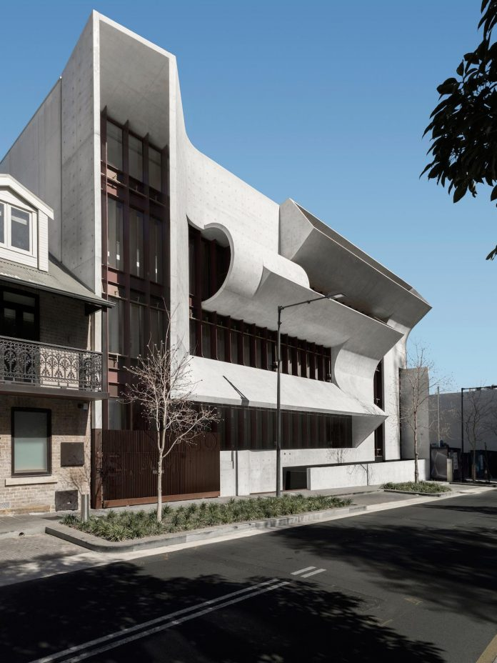 serene-living-spaces-monumental-halls-behind-facade-sculpted-concrete-15