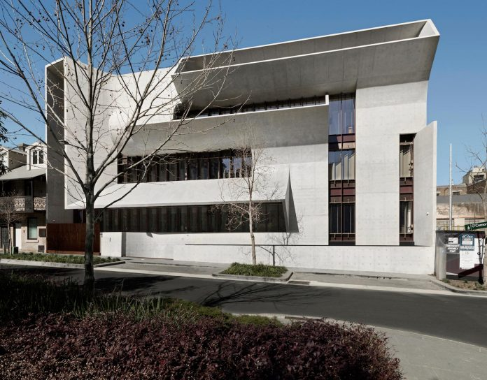 serene-living-spaces-monumental-halls-behind-facade-sculpted-concrete-16