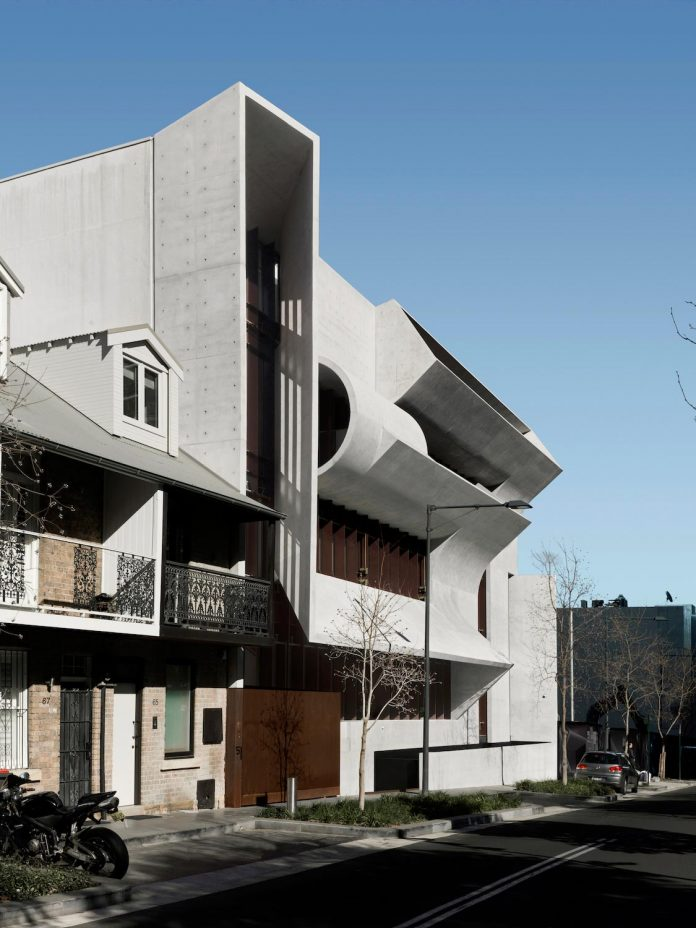 serene-living-spaces-monumental-halls-behind-facade-sculpted-concrete-20