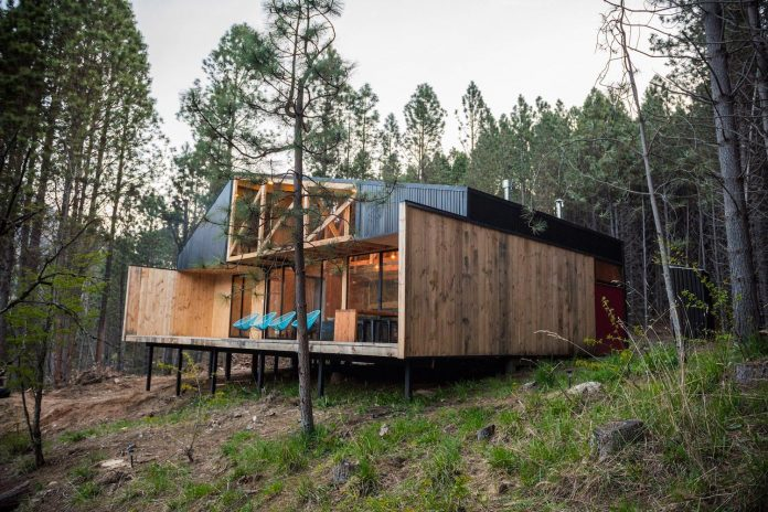 simple-pine-wooden-shed-includes-spacious-living-room-awesome-forrest-views-03