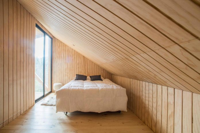 simple-pine-wooden-shed-includes-spacious-living-room-awesome-forrest-views-11