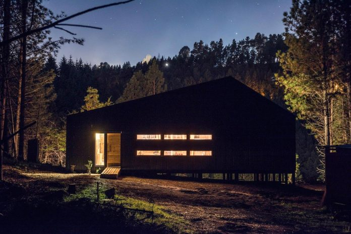 simple-pine-wooden-shed-includes-spacious-living-room-awesome-forrest-views-15