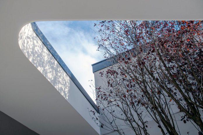single-storey-pavilion-glass-concrete-wood-located-suburbs-chisinau-02