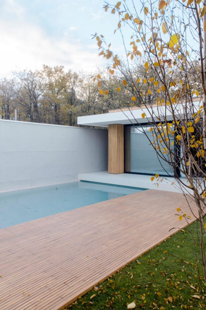 single-storey-pavilion-glass-concrete-wood-located-suburbs-chisinau-04