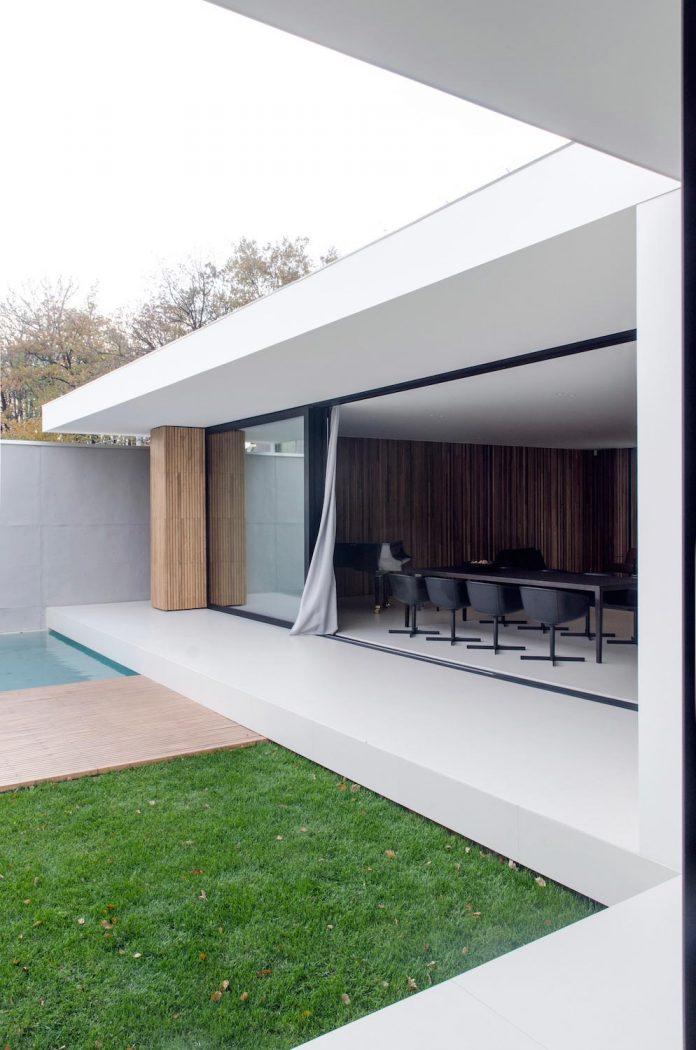 single-storey-pavilion-glass-concrete-wood-located-suburbs-chisinau-05
