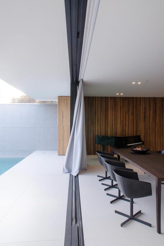 single-storey-pavilion-glass-concrete-wood-located-suburbs-chisinau-07