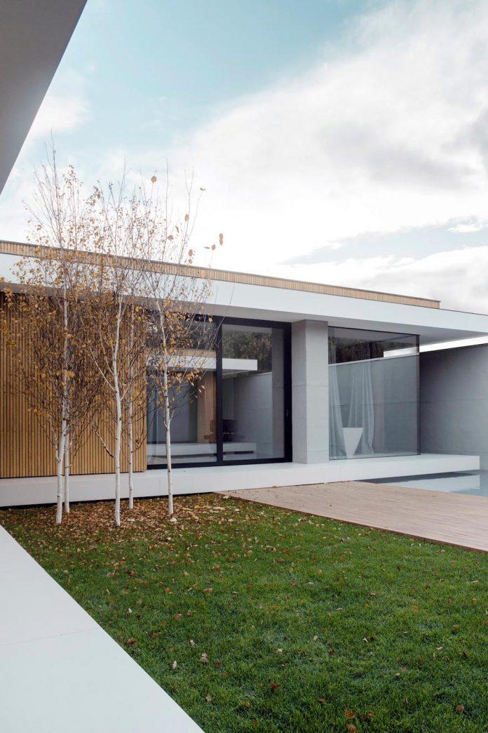 single-storey-pavilion-glass-concrete-wood-located-suburbs-chisinau-18