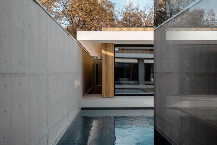 single-storey-pavilion-glass-concrete-wood-located-suburbs-chisinau-19