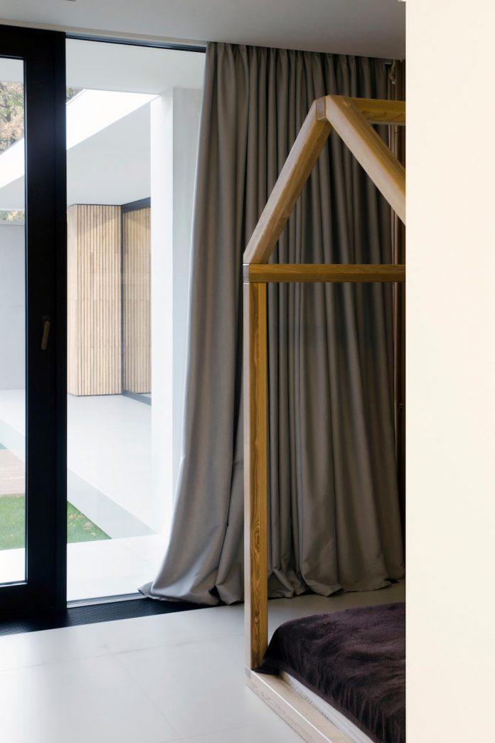 single-storey-pavilion-glass-concrete-wood-located-suburbs-chisinau-30