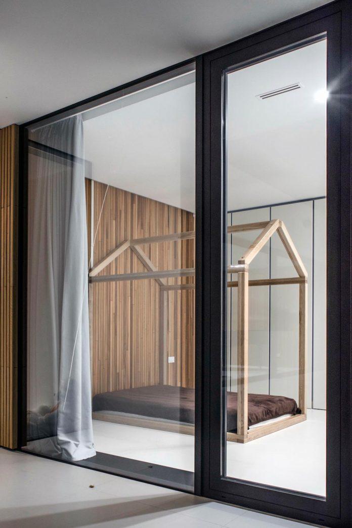 single-storey-pavilion-glass-concrete-wood-located-suburbs-chisinau-31