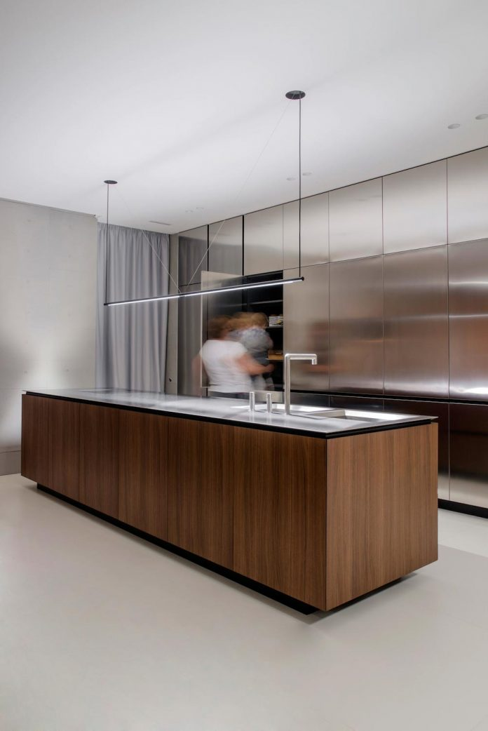 single-storey-pavilion-glass-concrete-wood-located-suburbs-chisinau-32
