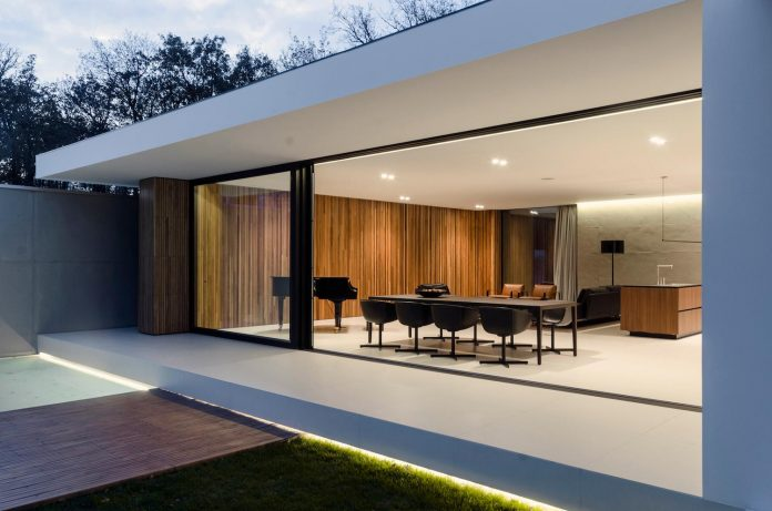 single-storey-pavilion-glass-concrete-wood-located-suburbs-chisinau-36