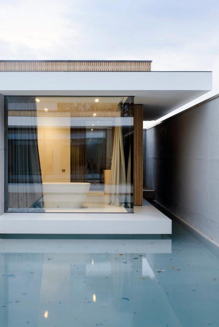 single-storey-pavilion-glass-concrete-wood-located-suburbs-chisinau-38