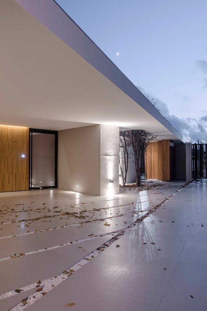 single-storey-pavilion-glass-concrete-wood-located-suburbs-chisinau-40