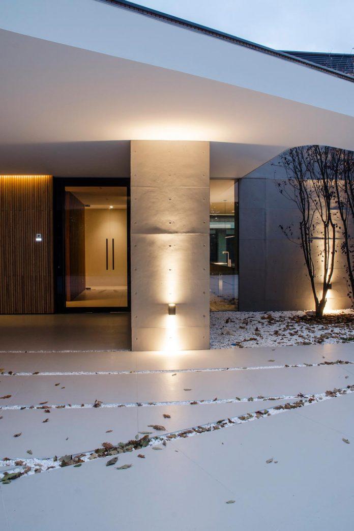 single-storey-pavilion-glass-concrete-wood-located-suburbs-chisinau-41