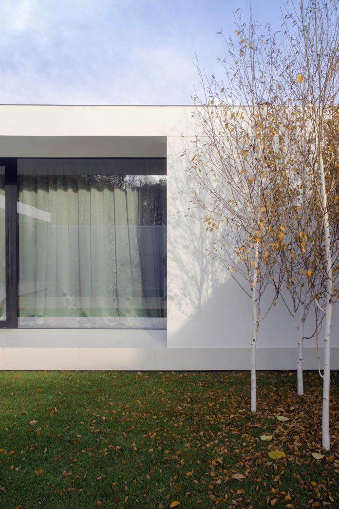 single-storey-pavilion-glass-concrete-wood-located-suburbs-chisinau-47