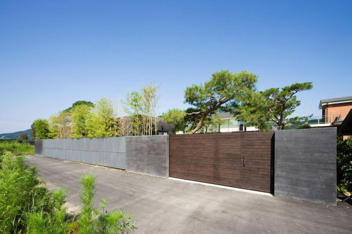 spacious-modern-residence-gyeonggi-south-korea-great-views-lake-03