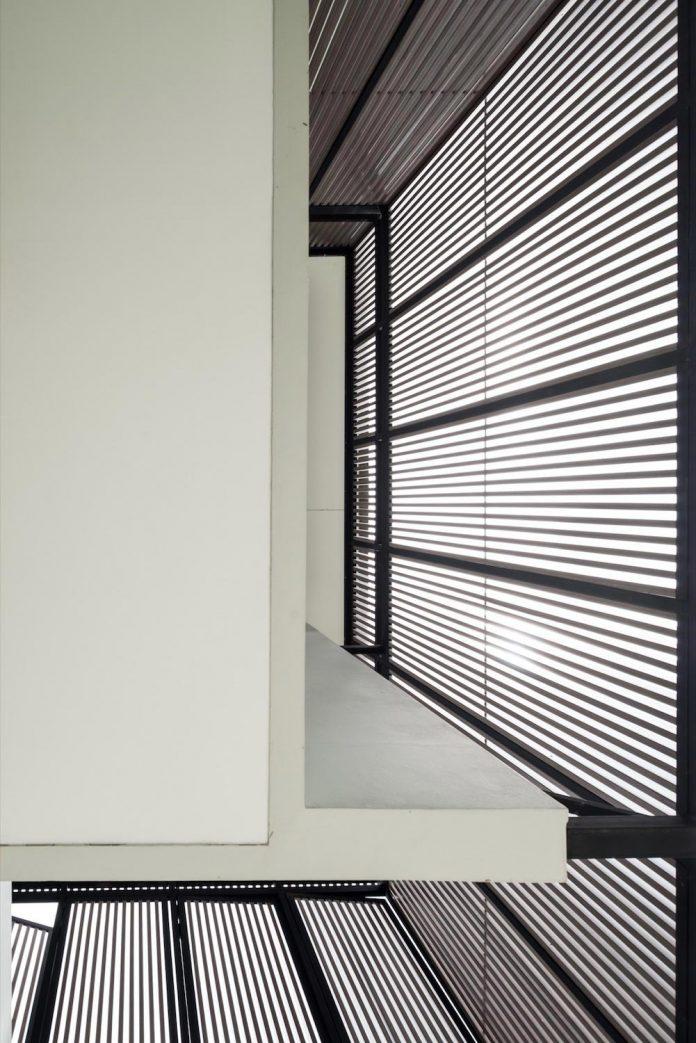 spacious-two-storey-modern-tiwanon-house-nonthaburi-thailand-04
