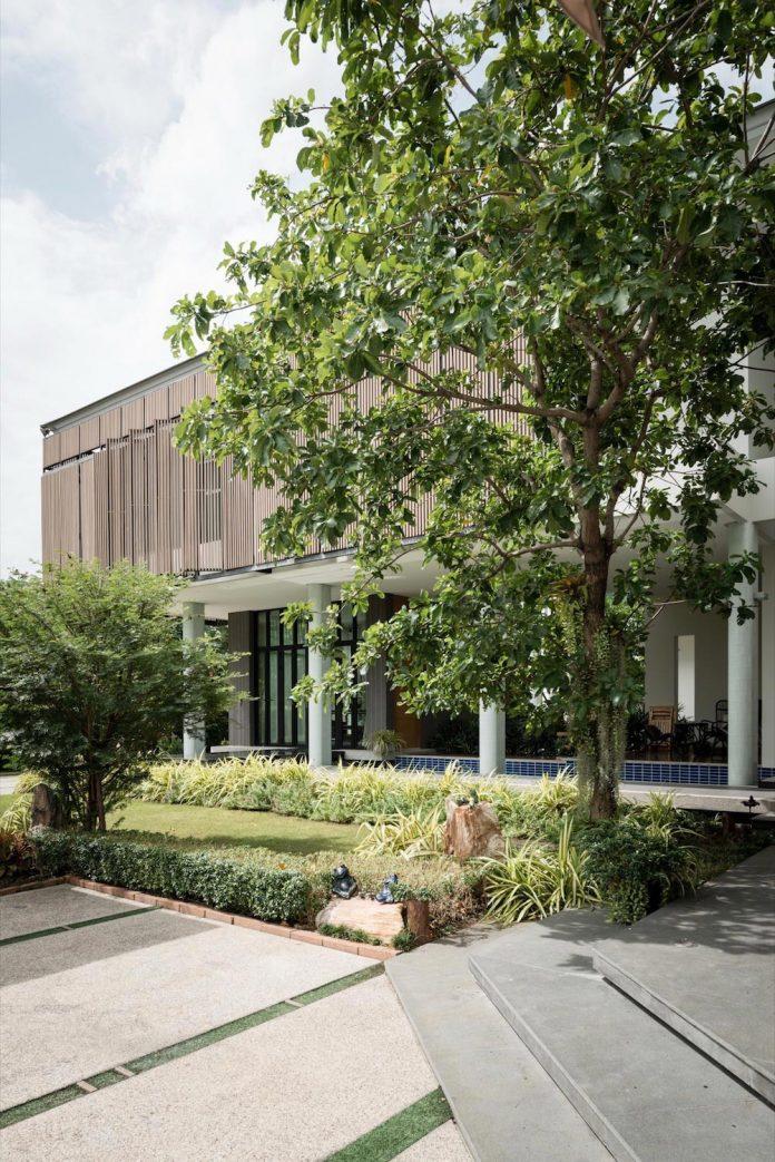 spacious-two-storey-modern-tiwanon-house-nonthaburi-thailand-07
