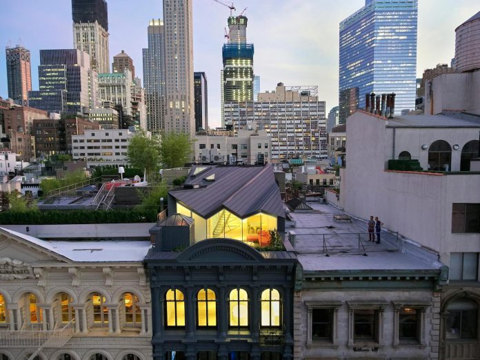 stealth-penthouse-located-one-new-yorks-beautiful-oldest-cast-iron-facades-01