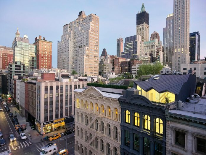 stealth-penthouse-located-one-new-yorks-beautiful-oldest-cast-iron-facades-02