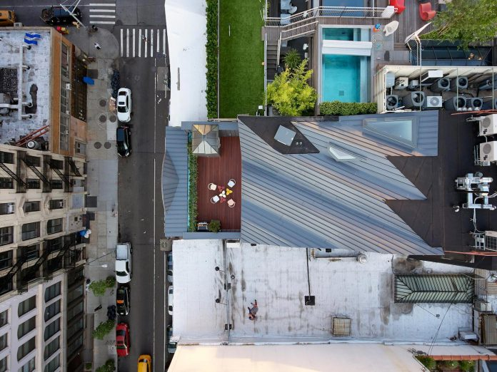 stealth-penthouse-located-one-new-yorks-beautiful-oldest-cast-iron-facades-04