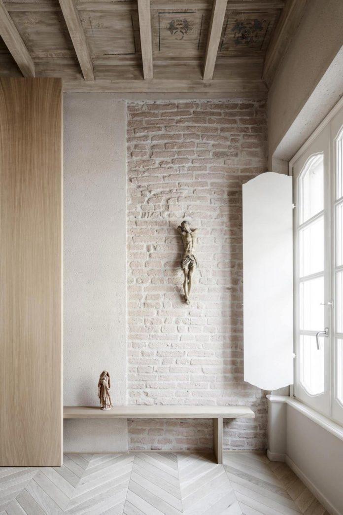 stylish-apartment-rj-mantua-italy-designed-pale-colors-touch-colors-08