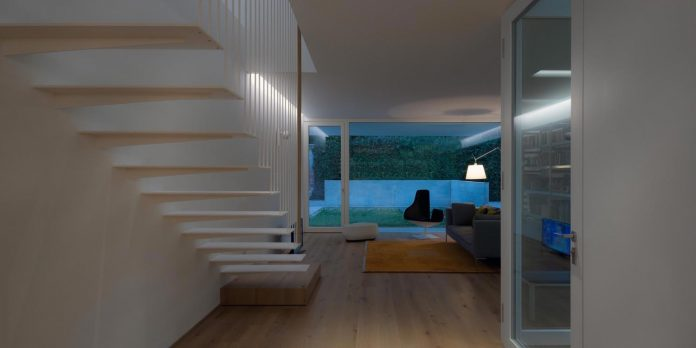 t-shaped-contemporary-house-outskirts-treviso-35