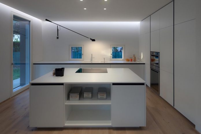 t-shaped-contemporary-house-outskirts-treviso-37