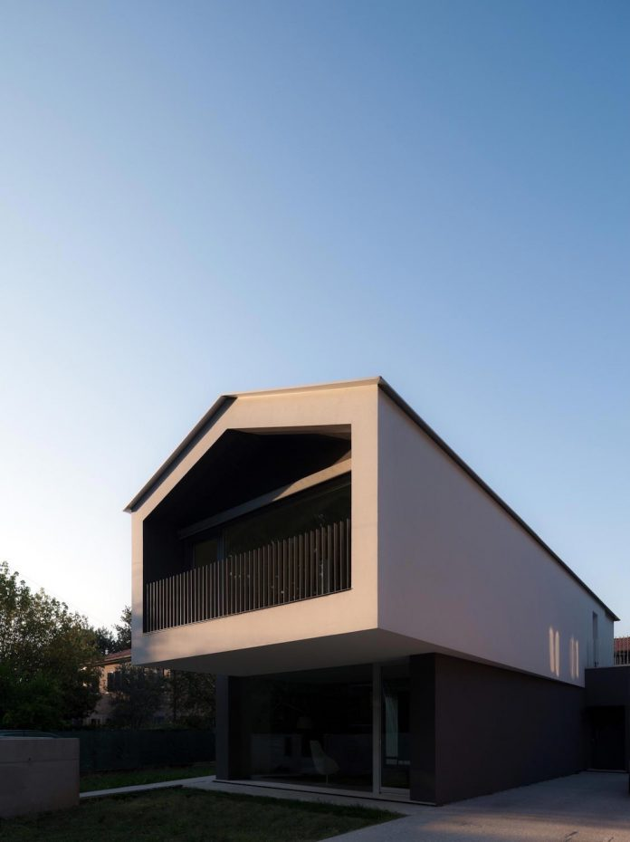 t-shaped-contemporary-house-outskirts-treviso-39