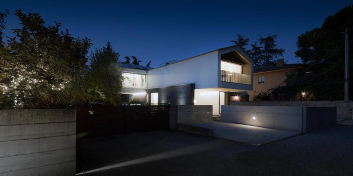 t-shaped-contemporary-house-outskirts-treviso-44