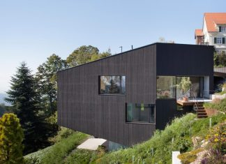 House built on an extremely steep piece of land with forrest views from all the interior spaces