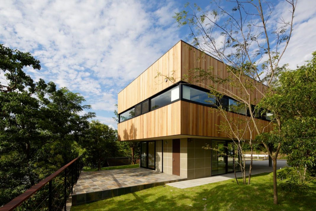 Rectangular House Opens Wide Towards The Lake Surface And Surrounded By Rich Greenery