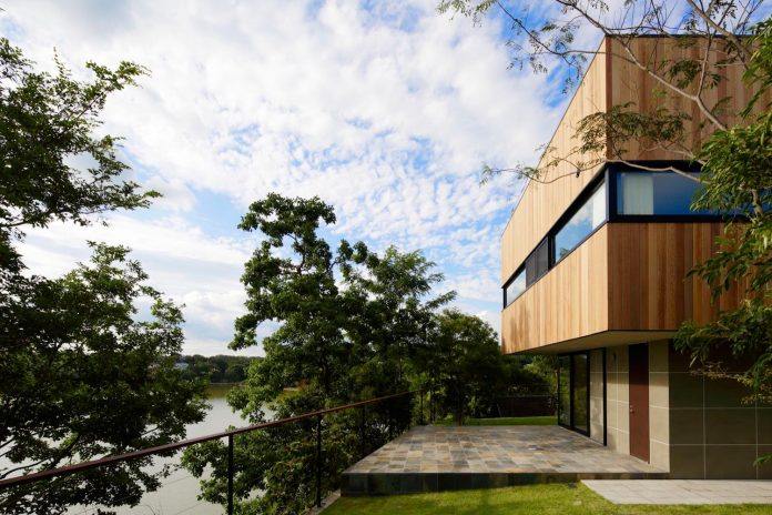 rectangular-house-opens-wide-towards-lake-surface-surrounded-rich-greenery-02