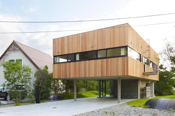 rectangular-house-opens-wide-towards-lake-surface-surrounded-rich-greenery-03