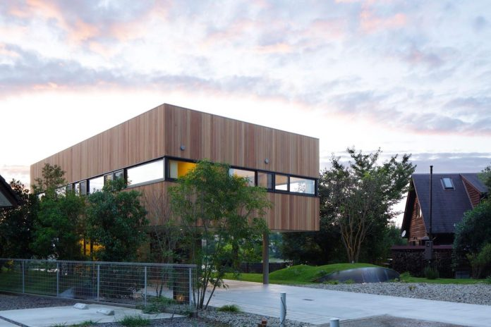 rectangular-house-opens-wide-towards-lake-surface-surrounded-rich-greenery-04