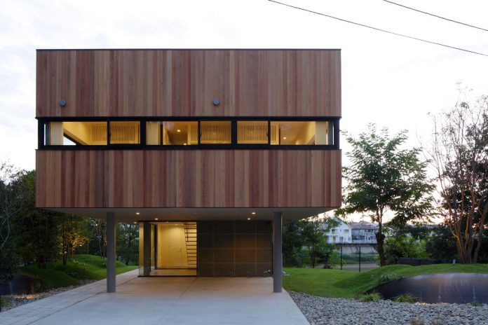 rectangular-house-opens-wide-towards-lake-surface-surrounded-rich-greenery-05