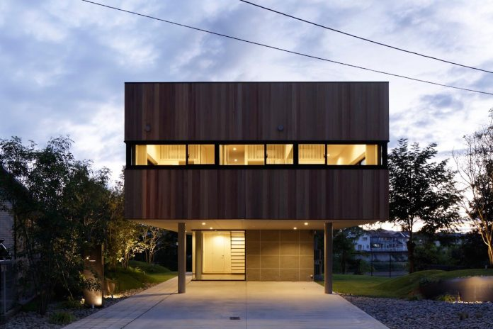 rectangular-house-opens-wide-towards-lake-surface-surrounded-rich-greenery-06