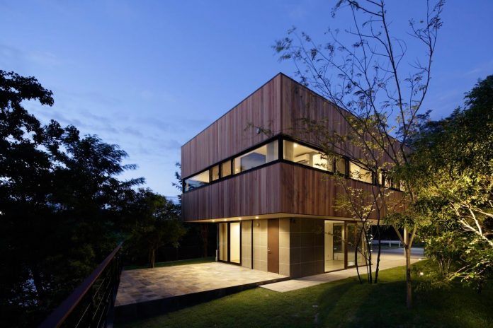 rectangular-house-opens-wide-towards-lake-surface-surrounded-rich-greenery-07