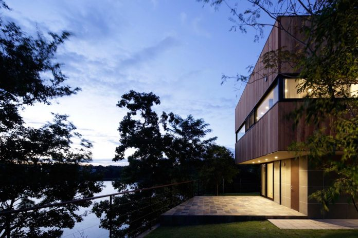 rectangular-house-opens-wide-towards-lake-surface-surrounded-rich-greenery-08